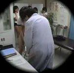 身体検査で体操服JKがおっぱい触られまくるだけじゃなく尿瓶におしっこさせられる erovideo