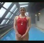 【北条麻妃】赤い競泳水着の北条麻妃がプールでクロールの講習をしてくれます♪でもカラミはなしよ erovideo
