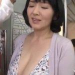 【上島美都子】キッチンオナニーするほど欲求不満な爆乳五十路熟女が電車で痴漢…いやいや痴漢っていうより楽しんで4Pしちゃいます