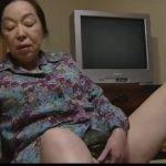 【三田涼子】六十路熟女は介護に応募してきた男の全裸の写真を見ながら溜まった性欲を吐き出すように本気オナニーして熱くなったおまんこを慰める(ヘンリー塚本)