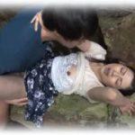 【咲良しほ】滝の流れる山奥で野ションしている五十路美熟女人妻を覗き見る男は熟女と青姦しているのを妄想して一人で興奮している