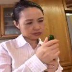 【並木橋靖子】56歳熟女母親と母子相姦する息子は濃厚フェラチオやパイズリしてもらって大満足…でも母は物足りなくてキッチンで玩具オナニー
