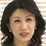 【篠田有里】ちょうど50歳五十路熟女人妻はキレイだから若く見えるね…胸元の大きく開いた衣装がセクシーです…インタビュー後に下だけ脱がせて下半身露出