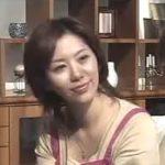 【翔田千里】甥っ子が泊まりにきているのにお構いなしに五十路の叔母は夫婦セックスをし始めるのだった…そんな叔母にフェロモンを感じている甥はどう思ったのだろうか