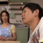 【翔田千里】美熟女のお母さんと母子相姦してる息子は父が側にいるのに母にちょっかいを掛けて冷や冷やのプレイを楽しむ…バレないようにやりゃあいいのにね