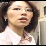 【翔田千里】会社の部長熟女がエロ過ぎるからその姿を妄想しながらセンズリこいてた若手社員はいきなり現れた部長に尻コキしてもらってスッキリしちゃった