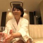【円城ひとみ】ゴージャスなお風呂でオナニーを披露してくれた熟女…お疲れ様の乾杯はシャンパンじゃなくてチューハイなんですねえ