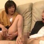 【円城ひとみ】たまたま家にやって来た男が痴女熟女妻の餌食になっちゃってチンコをいじられまくってるんです…フェラや手コキやアナル舐めまでされてる