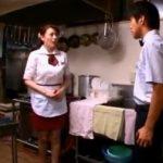 【三浦恵理子】ファミレスでバイトしてる美人なおばさんを好きになってしまったバイト君は誰もいない厨房でフェラ抜きしてもらうのだった
